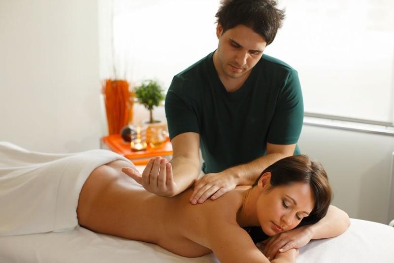 фото девушка делает массаж девушке